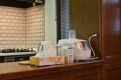 カウンターには電子ケトルや炊飯器が置かれています。(2018-04-24,共用部,KITCHEN,1F)