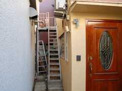 今回は脇の階段で2階に上がります。(2008-02-27,共用部,OTHER,1F)