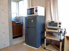 専有部の様子8。冷蔵庫と電子レンジ完備。(201号室)(2008-02-27,専有部,ROOM,2F)