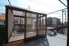 テラスの様子。サンルームが設けられています。(2015-03-17,共用部,OTHER,2F)