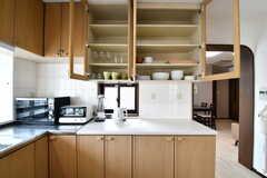 収納段の様子。キッチン家電が並んでいます。収納棚の上は共用の食器棚です。(2017-02-23,共用部,KITCHEN,4F)