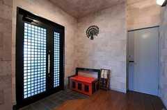 内部から見た玄関周りの様子。ベンチがあるので靴の脱ぎ履きも便利。(2011-07-20,周辺環境,ENTRANCE,1F)
