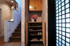 靴箱の様子。ベンチの中にも収納スペースがあります。(2011-07-20,周辺環境,ENTRANCE,1F)
