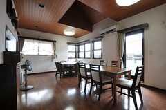 シェアハウスのリビングの様子。ぐるりと囲むようにベランダがあります。(2011-07-20,共用部,LIVINGROOM,2F)