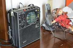 カウンターに置かれた古いラジオ。(2011-07-20,共用部,OTHER,2F)