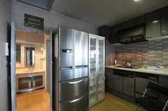 冷蔵庫の様子。奥に洗面台が見えます。(2011-07-20,共用部,KITCHEN,2F)