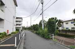 西武新宿線・鷺宮駅からシェアハウスへ向かう道の様子。川沿いの歩道はジョギングコースになっています。(2011-07-20,共用部,ENVIRONMENT,1F)