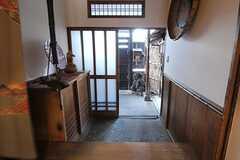 内部から見た玄関周辺の様子。(2014-04-28,周辺環境,ENTRANCE,1F)