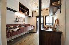 キッチンの様子。正面奥のドアが勝手口です。(2014-04-28,共用部,KITCHEN,1F)