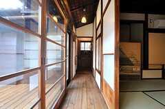 廊下の様子。突き当りに洗面台とトイレがあります。(2014-04-28,共用部,OTHER,1F)