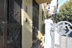 玄関は、手前がオーナーさん用、奧が入居者さん用となります。(2012-01-17,周辺環境,ENTRANCE,1F)