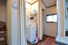 リビングの対面にはシャワールームがあります。脱衣室はカーテン式です。(2015-04-21,共用部,BATH,2F)