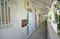 外廊下の様子。手前と奥、2つの玄関があります。(2012-09-10,周辺環境,ENTRANCE,2F)