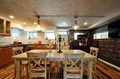 床はフランス・ボルドー産のパイン材。オイル塗装され、アンティーク加工が施されています。(2012-09-10,共用部,LIVINGROOM,2F)