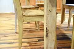 テーブルやイスはエイジング加工が施され、アンティークの雰囲気が出ています。(2012-09-10,共用部,OTHER,2F)