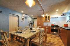 壁面も天井も、DIYで仕上げたのだそう。キッチンはL字型です。(2012-09-10,共用部,LIVINGROOM,2F)