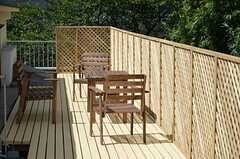 ルーフバルコニーの様子。ウッドデッキが敷かれ、テーブルセットが置かれています。(2012-09-10,共用部,OTHER,3F)