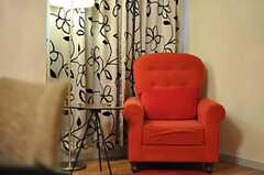 赤い一人掛けのソファ。(2012-08-07,共用部,LIVINGROOM,1F)