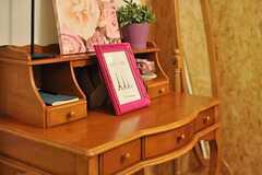 フレンチシックなデスクには、フォトアートやグリーンが飾られています。可愛い!(2012-08-07,共用部,LIVINGROOM,1F)