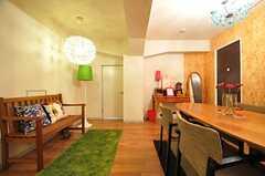 正面奥の緑のランプシェード脇のドアが、キッチンです。(2012-08-07,共用部,LIVINGROOM,1F)