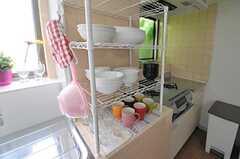シンクとコンロの間には、食器を置けるシェルフが設置されています。(2012-08-07,共用部,KITCHEN,1F)