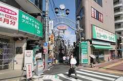 各線・東中野駅からシェアハウスまで向かう途中の商店街の様子。(2012-08-07,共用部,ENVIRONMENT,1F)