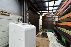 玄関前には洗濯機が設置されています。(2019-08-29,共用部,LAUNDRY,1F)