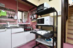 トースター、電子レンジはキッチン側にも設置されています。(2019-08-29,共用部,KITCHEN,1F)