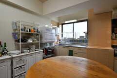 ダイニング・テーブル越しに見るキッチン。棚には食器類が並んでいます。(2020-05-21,共用部,KITCHEN,1F)