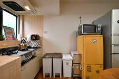 ゴミ箱、冷蔵庫、電子レンジの様子。(2020-05-21,共用部,KITCHEN,1F)