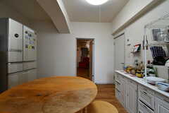 キッチン周辺の様子。右手のドアを開けると廊下に出られます。(2020-05-21,共用部,KITCHEN,1F)