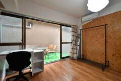 専有部の様子。掃き出し窓から共用テラスに出られます。(102号室)(2020-05-21,専有部,ROOM,1F)