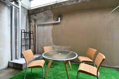 共用テラスの様子。喫煙所も兼ねています。(102号室)(2020-05-21,共用部,OTHER,1F)