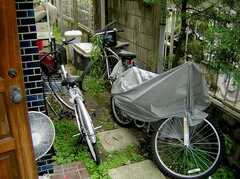 正面玄関脇にある駐輪スペース(2005-06-09,共用部,GARAGE,)
