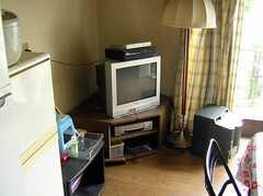 ラウンジに置かれたTV。(2005-06-09,共用部,LIVINGROOM,)