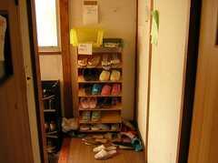 玄関脇に置かれた郵便物ラック(2005-06-09,共用部,OTHER,)