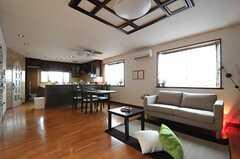 リビングの様子2。奧にキッチンがあります。(2012-01-23,共用部,LIVINGROOM,2F)