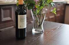 毎月1本、事業者さんからワインが贈られるのだそう。(2012-01-23,共用部,LIVINGROOM,2F)