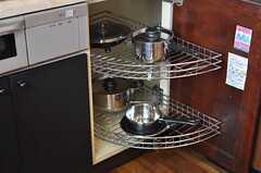 キッチン下収納の角部分は、くるりと回る取り出しやすい棚が設置されています。(2012-01-23,共用部,KITCHEN,2F)