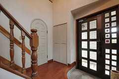 内部から見た玄関周りの様子。階段脇のドアは、専有部へ続きます。(2012-01-23,共用部,OTHER,1F)