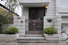 玄関ドアと門扉の様子。(2011-09-22,共用部,OUTLOOK,1F)