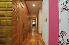 廊下の突き当たりにはキッチンがあり、リビングと繋がっています。(2011-09-22,共用部,OTHER,1F)