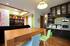 ダイニングの脇にあるカウンターテーブルの先はキッチンです。(2011-09-22,共用部,LIVINGROOM,1F)