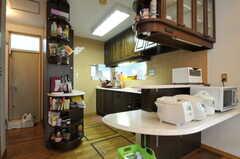 シェアハウスのキッチンの様子。棚の裏には勝手口とランドリーがあります。(2011-09-22,共用部,KITCHEN,1F)