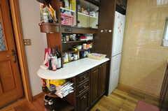 シンクの対面には、調味料などを収納できる棚があります。(2011-09-22,共用部,KITCHEN,1F)