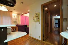 キッチンからはすぐ廊下に出られます。(2011-09-22,共用部,OTHER,1F)