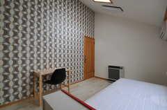 天井が斜めになっているので、廊下側はかなり高さがあります。天窓も付いています。(303号室)(2011-09-22,専有部,ROOM,3F)