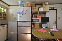 冷蔵庫の様子。キッチン脇にゴミ箱が置かれています。(2015-07-14,共用部,KITCHEN,3F)