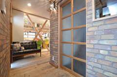 玄関から見た内部の様子。ソファが置いてあります。(2015-06-08,周辺環境,ENTRANCE,1F)