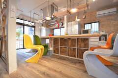 ダイニングテーブルの足元が各部屋ごとの収納スペース。(2015-06-08,共用部,KITCHEN,1F)
